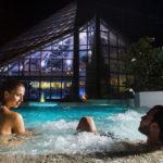 Bañarte entre aguas termales de noche