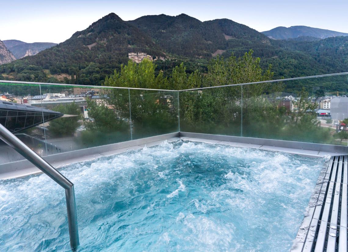 Entrada a l'spa més massatge a Caldea. Trenca amb l …