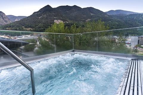 In-u-jacuzzi-exterior-Montserrat-Altimiras.jpg
